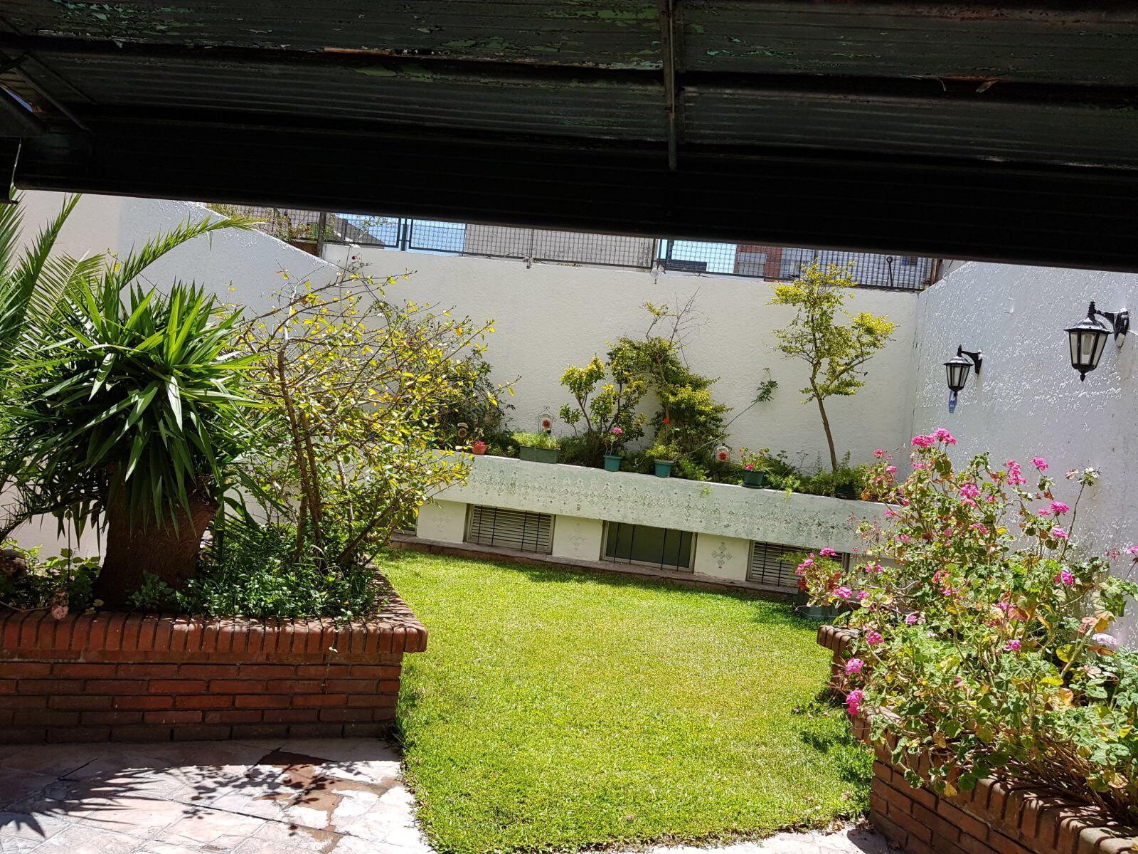 Precioso apto con patio con cesped,con mucho sol y aire.