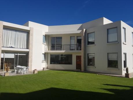 Preciosa, Moderna Casa En Jardines Del Sur