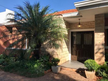 Vendo Amplia Residencia En Barrio Mcal Estigarribia, Toda En Planta Baja