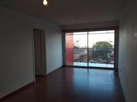 Alquiler De Apartamento 2 Dormitorios  Con Garaje En Pocitos, Montevideo.