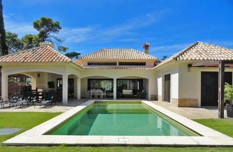 Casa En Playa Mansa, Barrio Privado. Pileta Climatizada, Directv Y Wifi