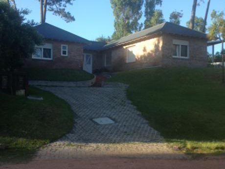 Casa A La Venta En Barrio Privado, Punta Del Este. La Arbolada