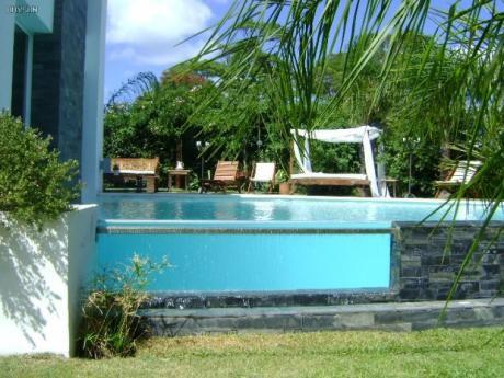 Venta Casa En Carrasco Sur 5 Dormitorios, En Tres Plantas Y Subsuelo,estilo Minimalista.montevideo Uruguay