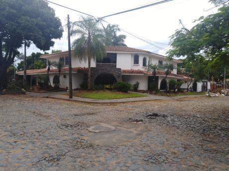Casa Grande En Zona Residencial