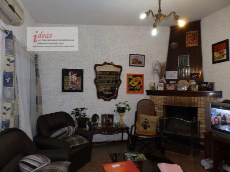 Casa Céntrica En Las Piedras, 2 Dormitorios, Ph, 2 Plantas.