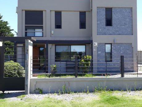 Hermosa Casa De 4 Dormitorios, 3 BaÑos, Cocina.living Comedor, Parque, Garaje,