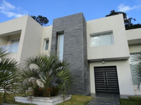 Espectacular En Barrio Privado, 4 Suites Y Dependencia, Pileta. Punta Del Este