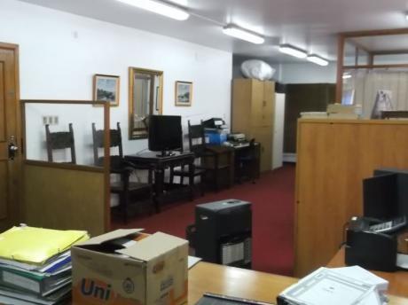 Excelente Oficina De 130 M2, Piso Alto Al Frente Con Dos Cocheras A Pasos De 18