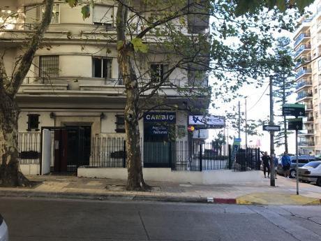 Apartamento Alquiler De 2 Dormitorios Y Servicio. Pocitos.