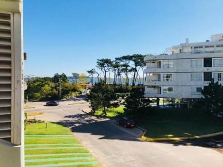 Apartamentos En Playa Mansa: Col854a