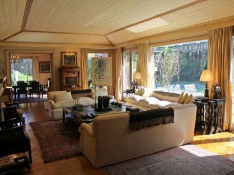 Inmejorable Residencia, Ambiente Muy Amplios !