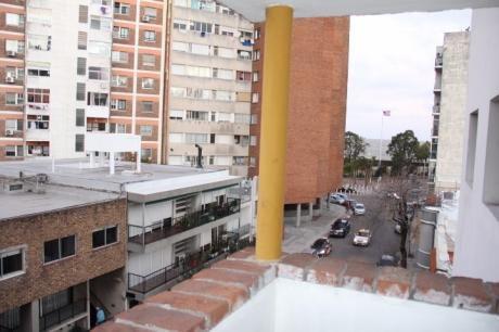 A Metros De La Rambla De Parque Rodó.