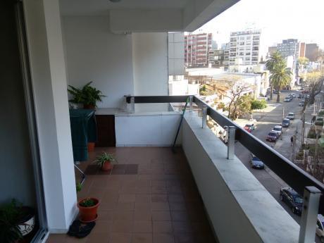 Apartamento En Pocitos, A Metros De La Rambla