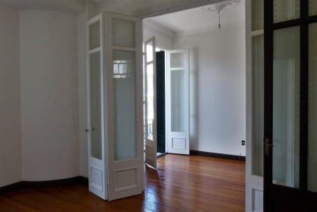 2 - 3 Dormitorios, Clásico, Excelente Apartamento Reciclado A Nuevo