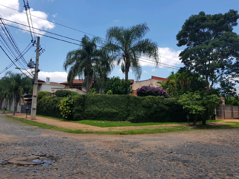 CASA: Vendo Casa En Esquina Barrio Las Lomas en Asunción