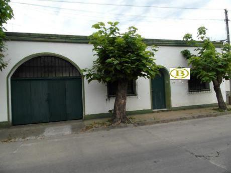 Hermosa Casa, Grande, Fondo, Garaje Para 2 Autos