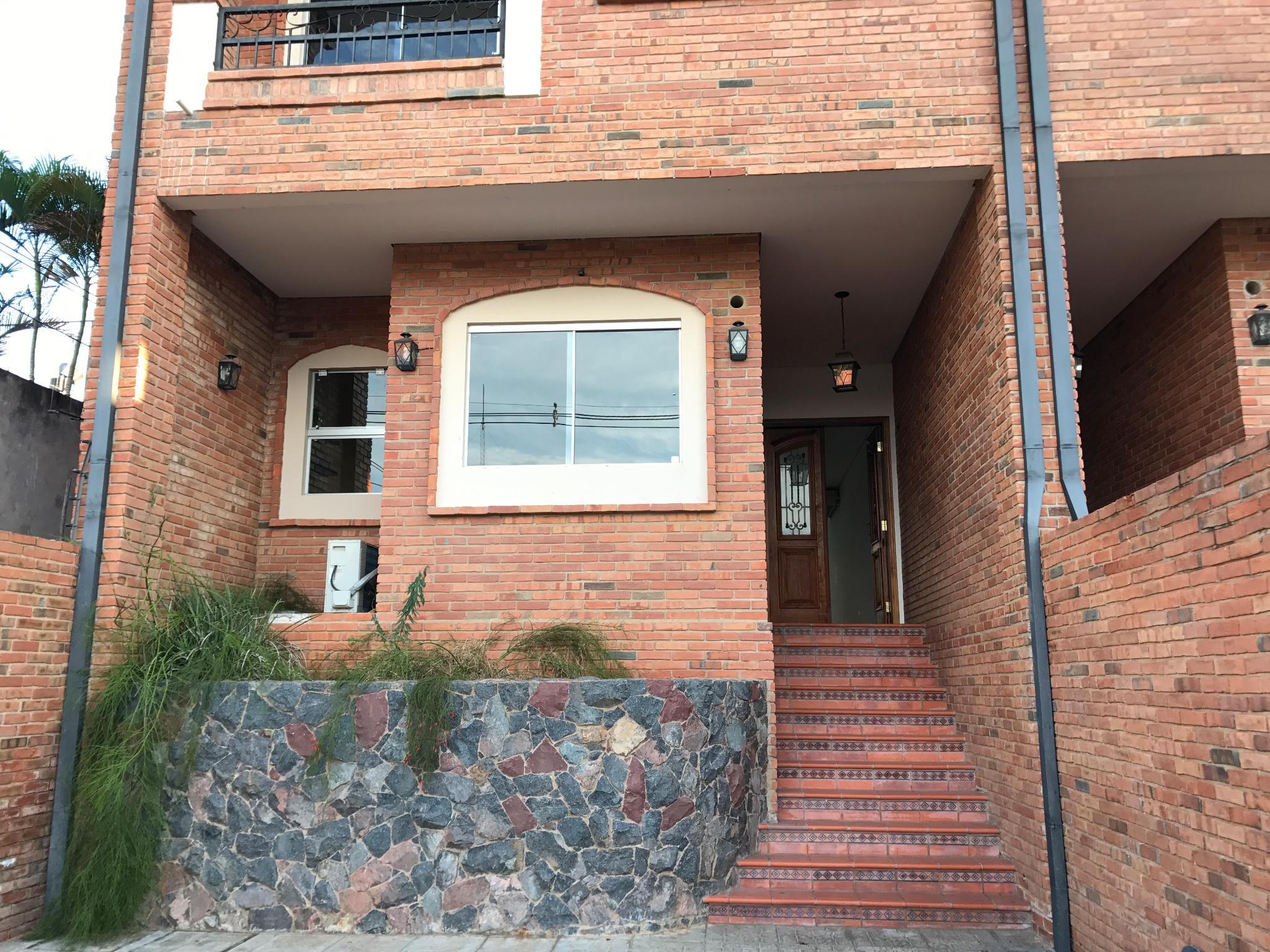 Alquilo Casa Pareada De 3 Dormitorios En Manora