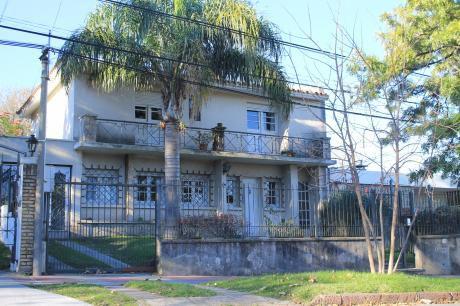 Jardín Al Frente, Garaje, Fondo Verde, Estufa A Leña Y Tza.