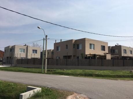 Complejo De 16 Casas En Barra De Carrasco Con Mucha Seguridad