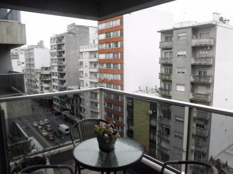 Apartamento 2 Dormitorios, 2 Baños Sobre 18 De Julio