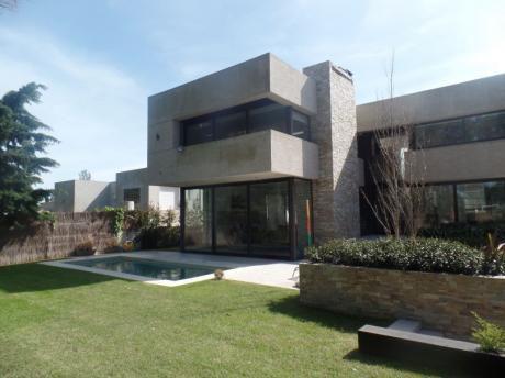 Excepcional Casa De 4 Dormitorios En Suite En San Nicolas