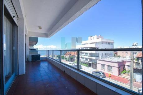 Apartamento 2 Dormitorios Con Amplísima Terraza. Vista Brava Y Mansa! Zona Península. - Ref: 961