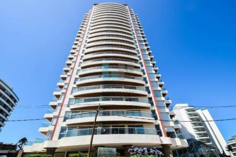 Icon Tower. Excelente Apartamento De 2 Dormitorios + 1/2 En Venta. Edificio Premium De Punta Del Este.