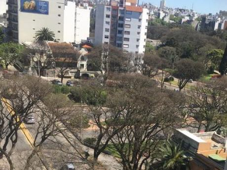 Piso Alto Sobre Avenida Sarmiento Orientación Norte, Dos Dormitorios.