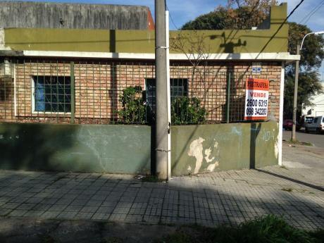 Casa Esquina En Muy Buena  Zona