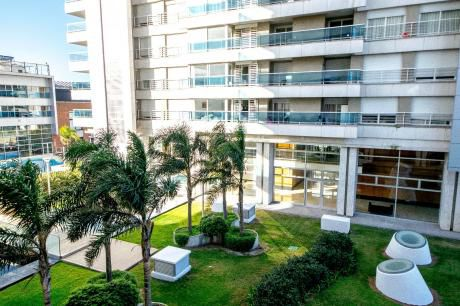 Impecable En Edificio Diamantis, 2 Dormitorios, Amueblado, Con Garage.