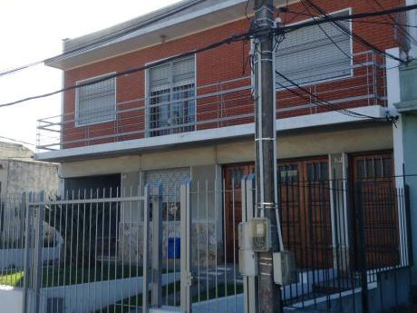 Casa En Planta Alta De 3 Dormitorios Y Un Baño