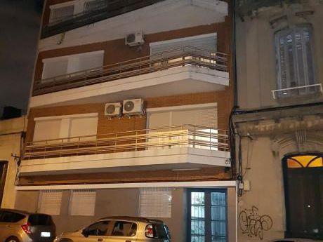 Apto. Cordón Sur, P.b., Interior, 2 Dorms. Patio, Muy Amplio