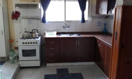 Casa De Tres Dormitorios Abajo Y Apartamento Completo Arriba. En La Paz