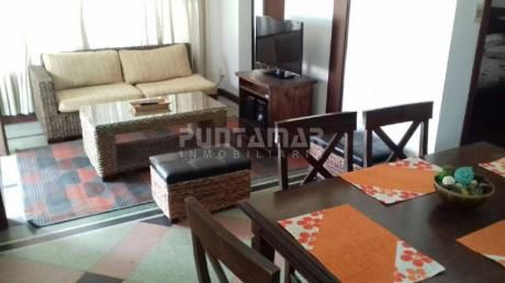 Linda Casa De Tres Dormitorios Ubicada En Zona De Playa Mansa Cerca Del Hotel Conrad - Ref: 211066
