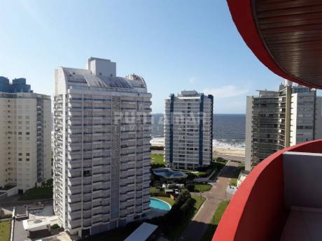 Muy Lindo Apartamento En Piso Alto Con Vista Lateral Hacia Blaya Brava, Living Comedor Con Acceso A Terraza Amplia Y Luminosa. - Ref: 211650