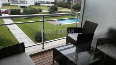 Apartamento De Un Dormitorio, En Zona De Playa Brava A Pasos Del Mar, Cuenta Con Terraza Lavadero Y Parrillero Propio - Ref: 211686