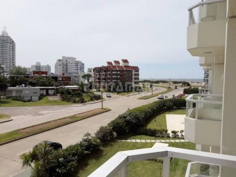 Muy Lindo Apartamento Ubicado A Pasos De Playa Brava, Cuenta Con Terraza Abierta Y Vista Hacia El Mar, Dos Dormitorios Y Garage - Ref: 211712