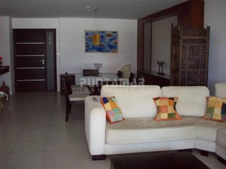 Amplio Apartamento De Tres Dormitorios Y Dos BaÑos, Con Terraza Y Parrillero Propio A Pasos De Playa Brava. - Ref: 9072