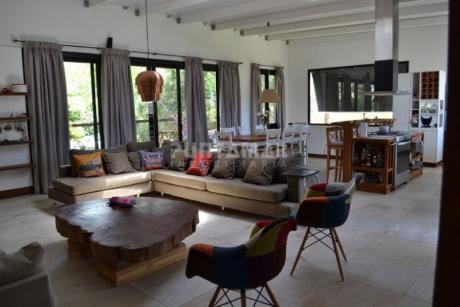 Casa Moderna En San Rafael. 3 Dormitorios Mas Dependencia De Servicio, Garage, Parque Cercado. Amplio Living Comedor.