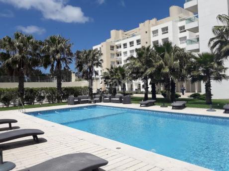 Apartamento Ubicado Frente Al Mar, Parrillero Propio En La Terraza, Tres Dormitorios Y Servicios Muy Completos
