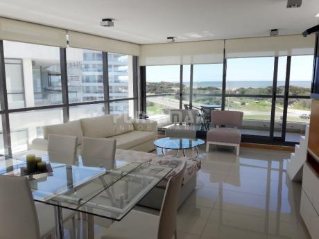 Divino Penthouse Frente A Playa Brava, Tres Dormitorios En Suite, Living Comedor Y Cocina Muy Bien Equipada