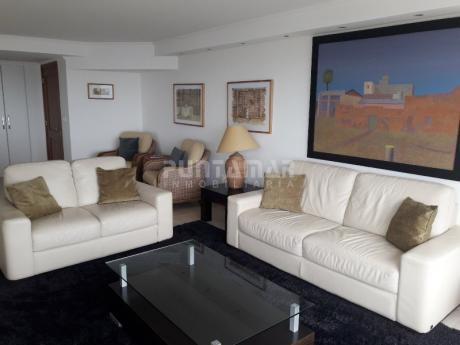 Divino Penthouse Sobre La Playa Brava Frente Al Mar, Terraza De Uso Exclusivo Con Un Living Comedor Amplio Y Parrillero Propio