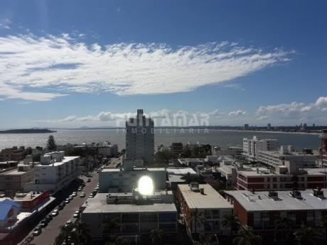 Divino Apartamento En Piso Alto Con Vista Hacia Playa Mansa, Ubicado En Peninsula, Dos Dormitorios Y Dos Baños