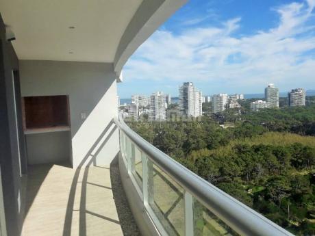 Apartamento A Estrenar De Un Dormitorio, Ubicado En Piso Alto Con Una Vista Panorámica Muy Linda, A Pasos De Playa Brava.