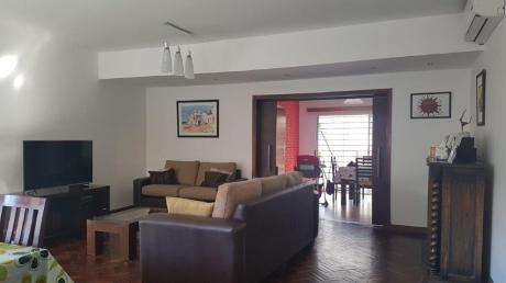 Casa A La Venta De 2 Plantas, 3 Dormitorios, 3 Baños - Barrio Pocitos