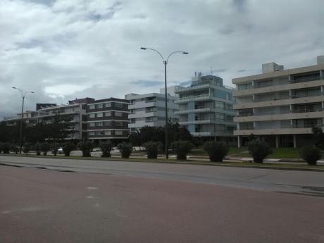 Playa Mansa, Edif. Frente Al Mar. Parada 9