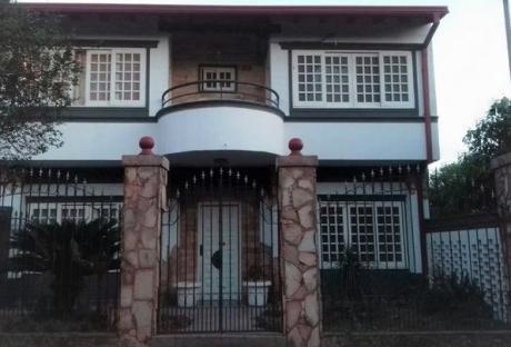 Se Vende Casa De 720 M2. Con 3 Dormitorios Y Piscina En Lambaré