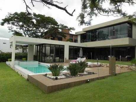 Casa De 4 Dormitorios En Suite, En El Yacht, Sobre El Campo De Golf