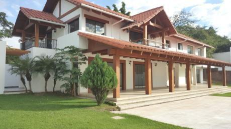 Hermosa Y Amplia Casa De 2 Plantas En El Barrio Las Plamas