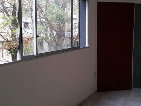 Alquiler De Apartamento De 1 Dormitorio Frente A Terminal Xxx